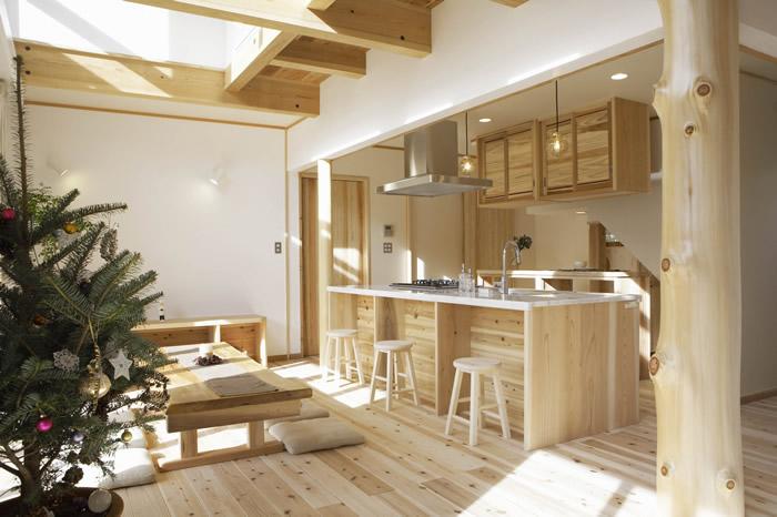アイランドキッチンはオリジナル造作キッチン。