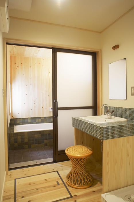 タイル張りの洗面台と在来工法の浴室。