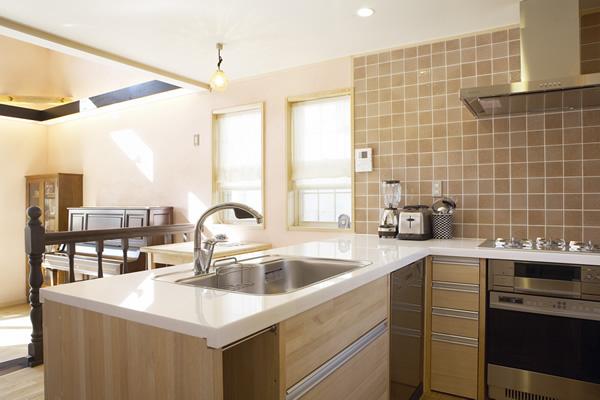キッチンの天板には大理石を使用。