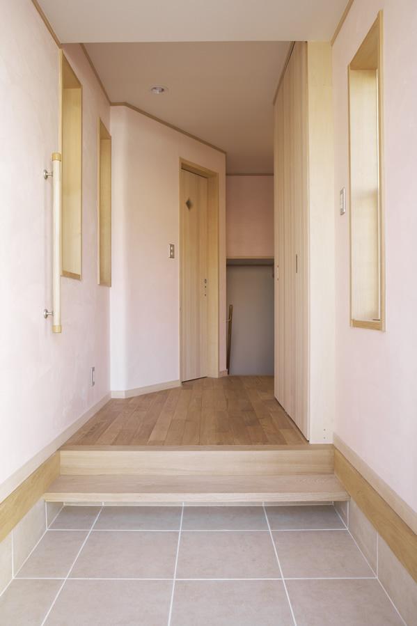 玄関から下へと続く階段は、半地下の部屋へ。スキップフロアの家。