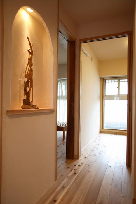 漆喰壁のニッチを設置して、飾り棚に。