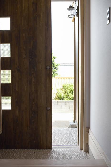 防火設備仕様の無垢の木製玄関ドア。
