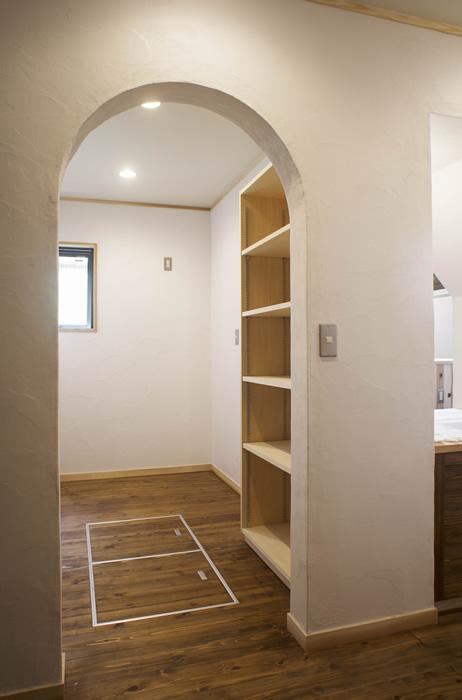 キッチンに隣接した納戸はパントリーの役目も。