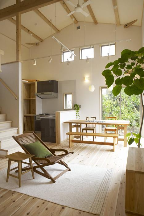 仕切りのないひとつの空間にキッチン、ダイニング、リビングを配し、動線もスムーズ