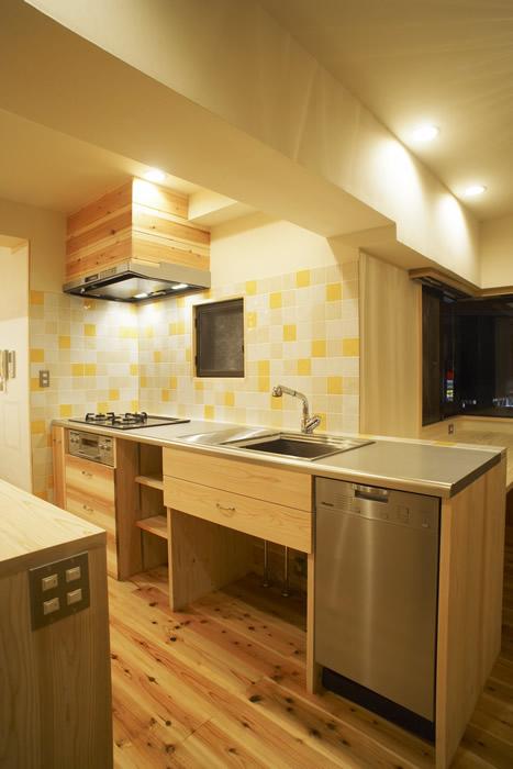 オリジナル造作キッチン。タイルも変えれば雰囲気も明るく。