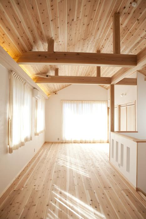 床は杉の無垢材、天井は梁や構造材をみせて高く、開放的に。