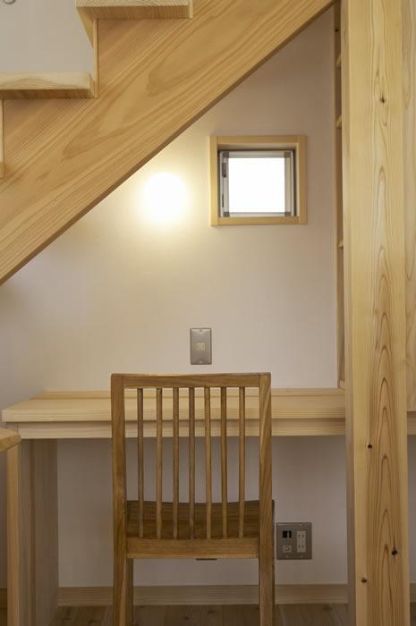 階段下も作り付けのデスクを儲けて有効利用。