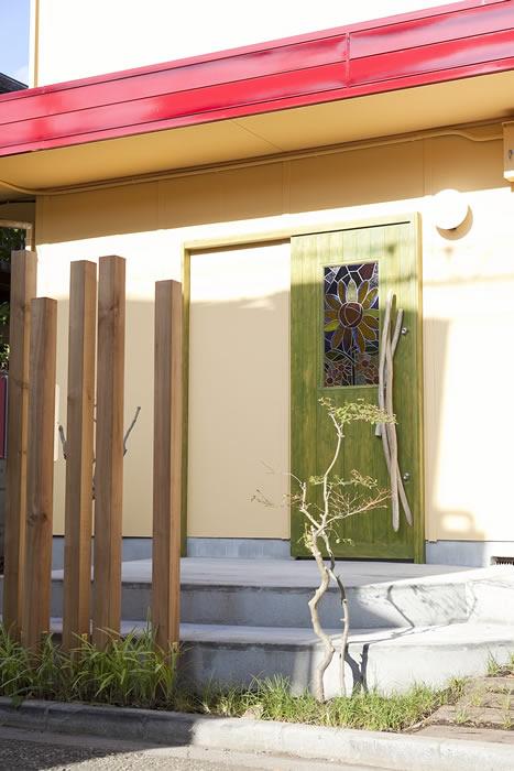 お施主様デザインのステンドグラスをはめ込んだオリジナル玄関扉