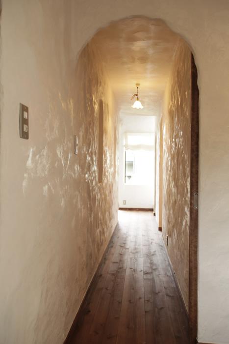 洞窟のような漆喰の壁の廊下