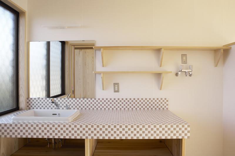 広い洗面台はタイルでお洒落に仕上げました。