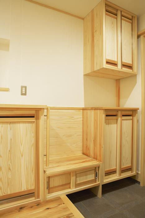 ベンチを兼ね備えた玄関収納