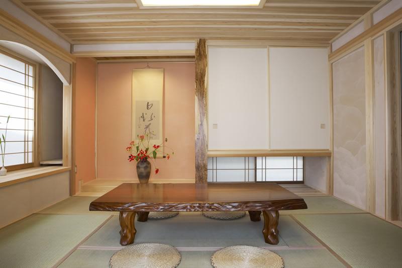 伝統的な真壁和室に掘ごたつを設置。床の間のピンク色は漆喰にベンガラを混ぜたもの。