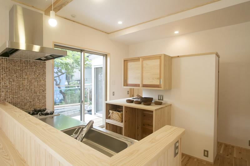 キッチンは回遊できるパントリー兼食器棚を造作。裏側が収納になっている。