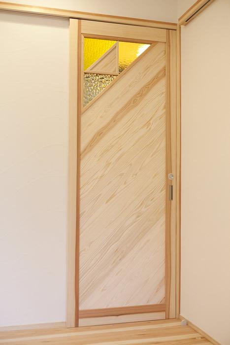 オリジナル建具扉はステンドガラスがアクセントに。