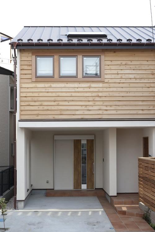 2階部分は木製サイディング、1階は漆喰塗りの温かい外観