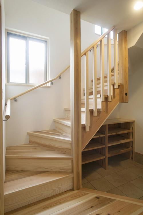 格子の手摺が玄関に明かりを注ぐ階段