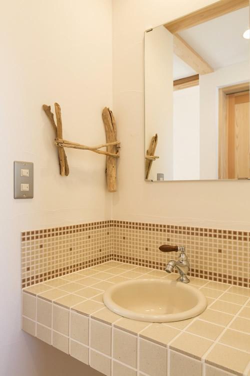 モザイクタイルとオリジナルの流木タオル掛けが温かい手洗い