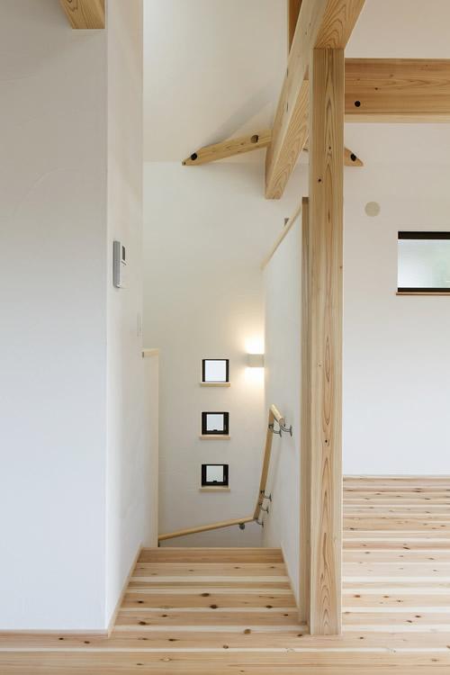 漆喰の白い壁がさわやかな階段
