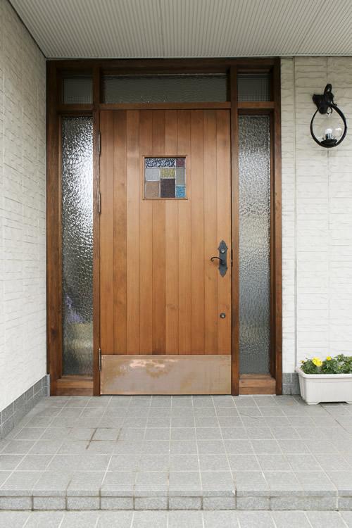 玄関ドアにもオリジナルのステンドグラスをはめ込みました