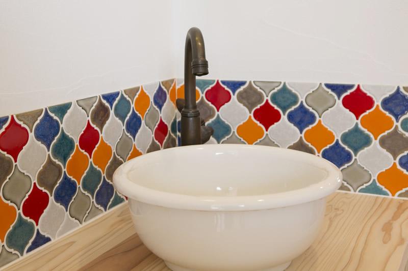 1階の手洗いコーナー。個性的なタイルにシンプルな手洗い器がぴったりです